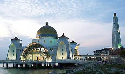 Masjid Selat, Pulau Melaka dihiasi cahaya pelbagai warna