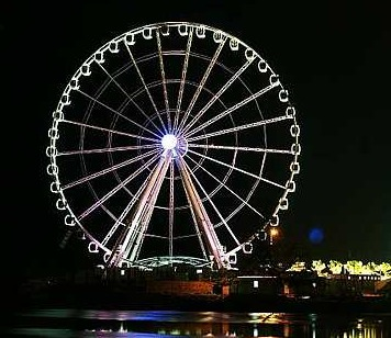 Eye On Malaysia yang terletak bersebelahan Sungai Melaka turut dihiasi pelbagai lampu berwarna-warni